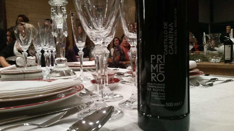 Detalle de la mesa más formal, decorada por Teresa Chamorro (Petite Reunión) y el AOVE Castillo de Canena presente en todas las mesas y aperitivos.