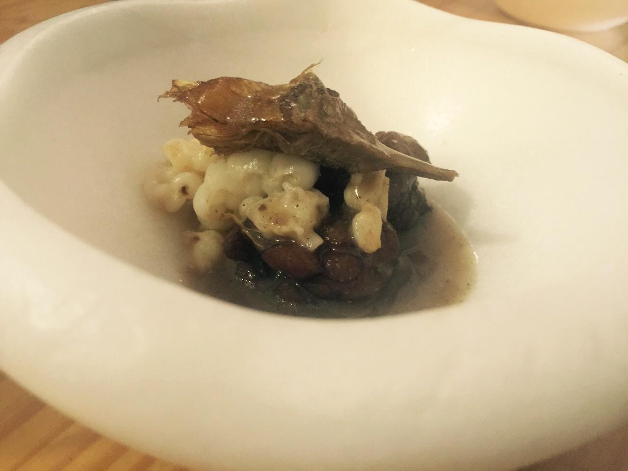 mollejas de setas con tallarines de sepia. Cremoso de apio, nabo y salsa de ostras