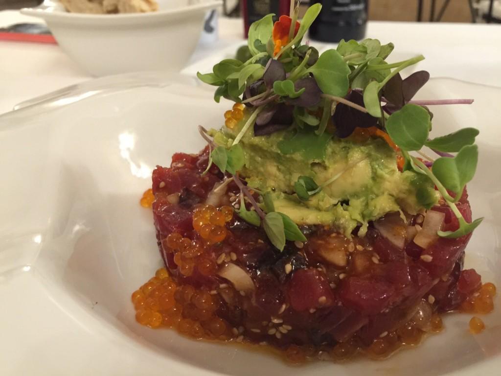 Tar-tar de atún rojo kimchee guacamole y huevas