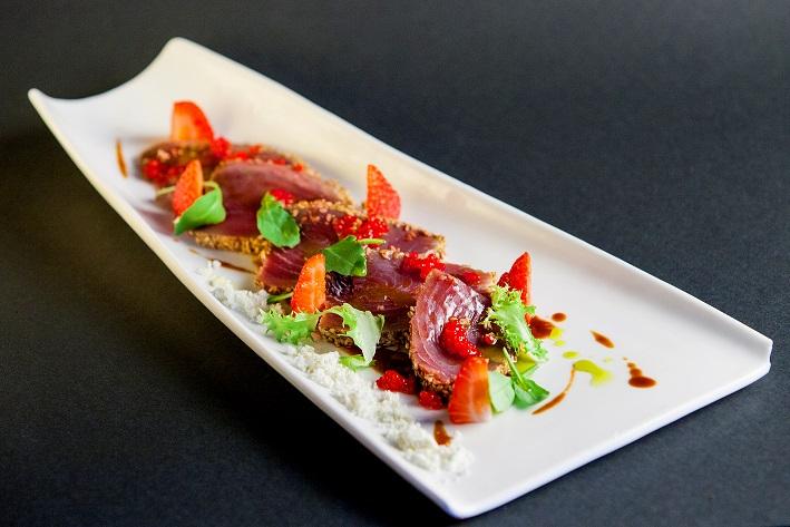 Tataki de atún con crema de patatas y tierra de AOVE