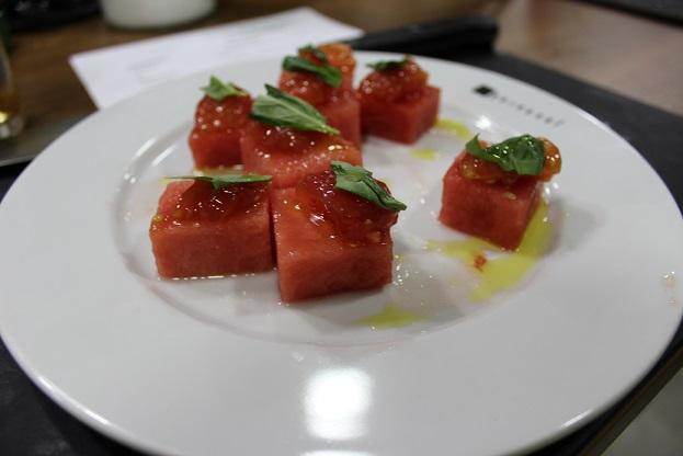 sandía, tomate y albahaca
